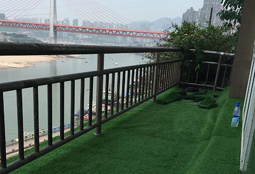 一号桥燃气公司铺设人造草坪